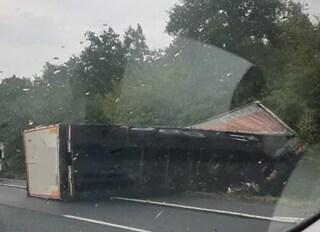 Incidente sull'autostrada A1, tir sbanda e si ribalta: chilometri di code