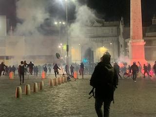 Manifestazione contro il coprifuoco a Roma, bombe carta e lacrimogeni: diversi i fermi