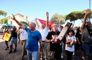 Sabato in piazza neofascisti e negazionisti del Covid: potranno manifestare ancora senza mascherina?