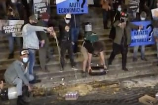 Piazza Trilussa, la protesta dei commercianti: birra a terra contro la chiusura alle 18