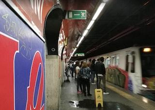 Ragazza si butta sui binari della metro a stazione San Giovanni: treno le passa sopra, resta illesa