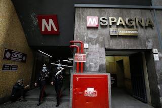 Rischio assembramenti, chiuse stazioni metro del centro di Roma: controlli in vie shopping
