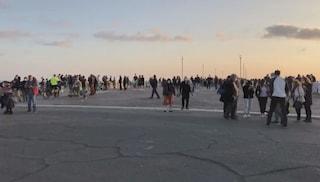 Ristoranti pieni e troppa folla al tramonto: i romani a Ostia dopo chiusura centri commerciali