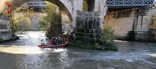 Si arrampica su un pilone di Ponte Garibaldi e minaccia di gettarsi nel Tevere