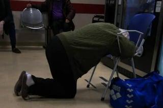 Al pronto soccorso di Frosinone un anziano costretto a dormire in ginocchio su una sedia