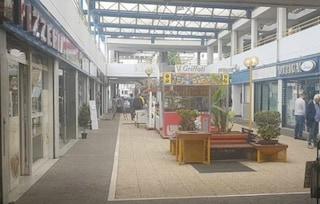 Il centro commerciale Le Torri è chiuso, negoziante fa entrare i clienti dall'uscita d'emergenza