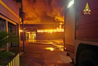 Ostia: incendio distrugge magazzino di Emmerre Arredamenti. Un centinaio di residenti evacuati