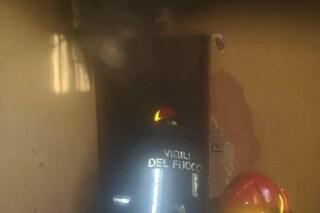 Incendio in appartamento a Torpignattara: residenti del palazzo evacuati da balconi e finestre