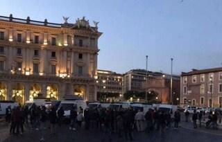Centinaia di ambulanti protestano a Piazza della Repubblica con decine di furgoni: traffico in tilt