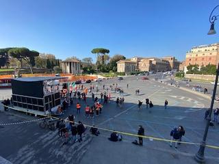 La manifestazione di negazionisti, gilet arancioni ed estrema destra è un flop: neanche 50 persone