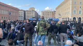 Manifestazione contro governo a Roma, in piazza 100 persone: tensioni con polizia e manganellate