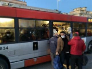"""Chiusa metro C di Roma, ressa sulle navette. La rabbia dei pendolari: """"Pericolo di ammalarsi"""""""