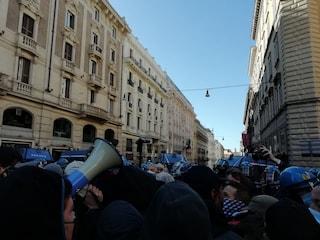 La polizia blocca il corteo di senza casa e movimenti: tensione in centro