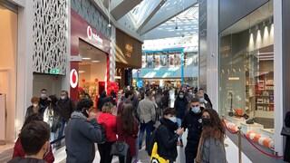 Apre centro commerciale Maximo, folla da Primark: centinaia di romani in fila, coda lunga 200 metri