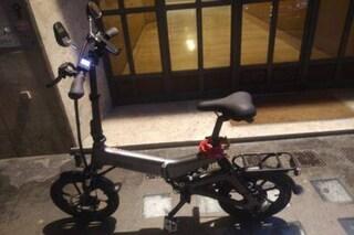 """Appello ai cittadini del Pigneto: """"Sono un rider, mi hanno rubato la bici. Ricompenso chi la trova"""""""