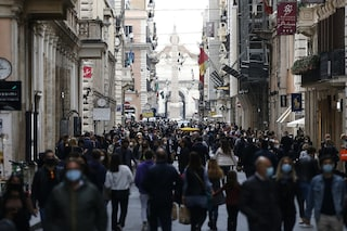 Folla in via del Corso: accessi contingentati alle vie dello shopping di Roma nei weekend