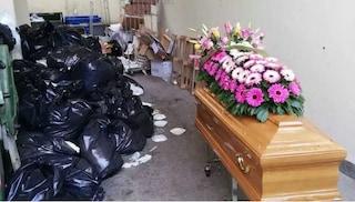 Anziana muore in una Rsa a Montebuono: la bara lasciata vicino ai rifiuti