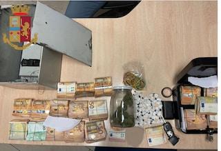 Fermato con 6 dosi di coca negli slip, in casa nascondeva un tesoro: trovati 90mila euro in contanti
