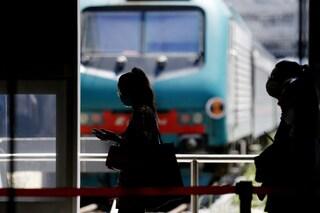Strappa la mascherina a una donna alla stazione Termini, la bacia e scappa