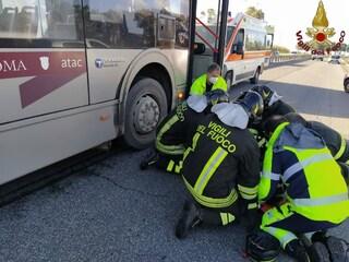 Incidente a Tor Vergata: ciclista incastrato sotto a un autobus