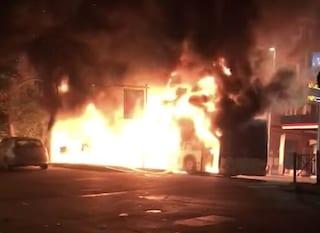 Ennesimo bus in fiamme a Roma: il mezzo distrutto dall'incendio