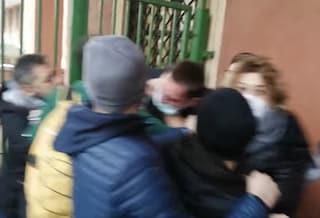 Roma, occupato il liceo Kant: uno studente picchiato e strattonato da agenti in borghese