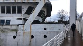 Barcone abbandonato rompe ormeggi e sbatte contro il ponte 2 Giugno: strada chiusa, traffico in tilt