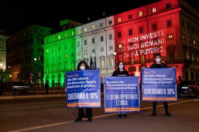 Proiettano scritta 'Chi non investe nei giovani non ha futuro' su Palazzo Chigi: polizia li denuncia
