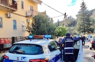 Frana a Grottarossa, i massi cadono sulle case: evacuato un palazzo