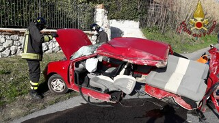Tremendo incidente a Guidonia tra due auto, una si disintegra: gravissimi i conducenti