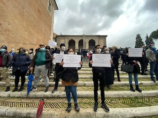 """Famiglie protestano al Campidoglio: """"Basta col piano rom, sbloccate assegnazioni case popolari"""""""