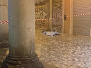 Senzatetto trovato morto sotto i portici di piazza Vittorio Emanuele