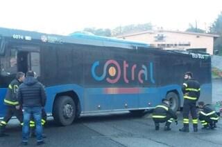 Incidente a Latina, scontro tra scooter e pullman Cotral: morto un 19enne
