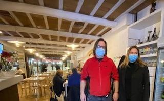 """Ristoratore romano apre a cena per protestare contro le chiusure: """"Gesto disperato"""""""