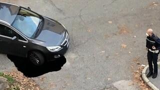 Voragine a Roma, una macchina resta in bilico sul vuoto