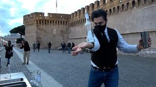 """Roma, la protesta acrobatica del bartender a Castel Sant'Angelo: """"Fateci aprire in sicurezza"""""""