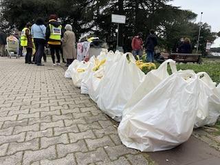 Dopo lo sgombero dell'Ex Lavanderia la distribuzione dei pacchi alimentari si fa per strada