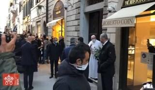 Papa Francesco in strada a Roma, fa visita alla sopravvissuta alla Shoah tra lo stupore dei passanti