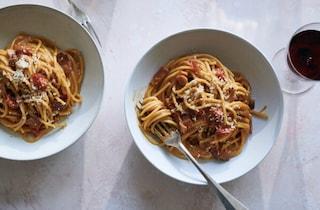 La ricetta della carbonara con pomodoro e bacon del New York Times: e tra i romani è rivolta