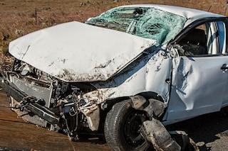 Perde controllo dell'auto sulla superstrada e si schianta dopo volo di diversi metri: morto un uomo