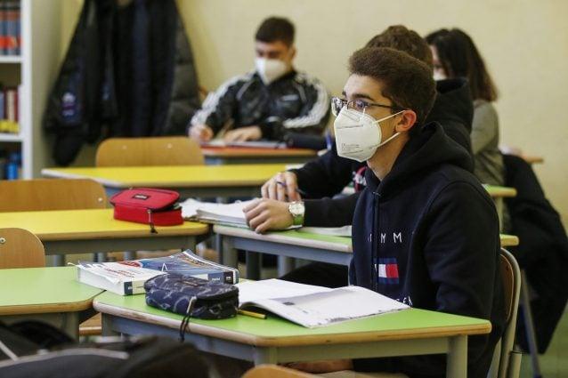 Variante inglese del Covid nelle scuole di Roma, i presidi: In classe serve  doppia mascherina