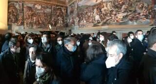 """Folla ai Musei Vaticani e la guida denuncia: """"Carnaio umano senza regole Covid, mi sono vergognato"""""""