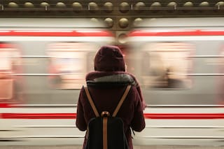 Roma, studentessa aggredita da un rapinatore: salvata da due passanti