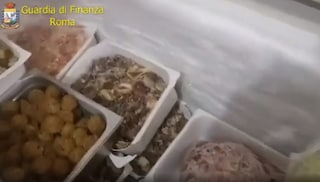 Ristorante cinese da incubo a Roma: cibi in pessime condizioni igieniche, distillavano anche grappa