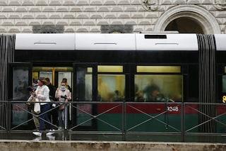 Paura sul tram 5 a Roma: armato di bastone ed estintore minaccia i passeggeri