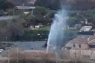 Scoppia una tubatura, geyser alto almeno quindici metri