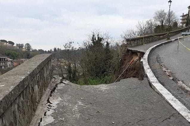 La strada crollata a Valmontone (Dal Gruppo Facebook 'Le cose che non vanno a Valmontone')