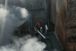 Incendio in pieno centro a Roma: donna si lancia dal balcone e muore