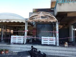 """Incendiato bar per aver rispettato norme anti Covid: """"Grazie clienti per solidarietà, siete grandi"""""""