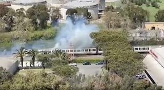 Fumo e fiamme dai cavi di alimentazione del treno Roma-Lido: passeggeri in fuga sui binari